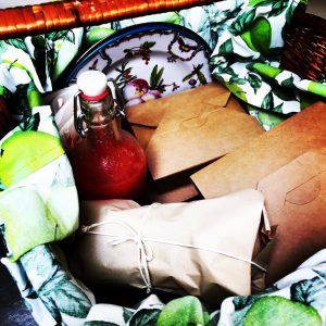 Picnic basket with disposable boxes and liner